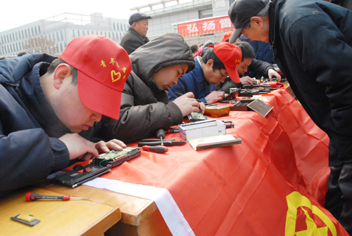 Company Youth League organization Lei Feng convenience activities --- repair small appliances